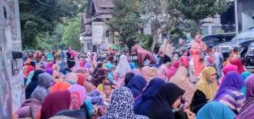 MEMBELUDAK- Peserta pengajian Ahad Pagi membeludak sampai halaman Gedung MTA Jalan Ronggowarsito 111A Surakarta (29/5). Dinda Rinaningayu/ MMC