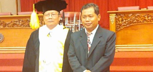 DUA PROFESOR - Prof. Drs. Mugijatna M.Si., Ph.D (kiri) berfoto dengan Prof Dr Suwarta seusai pengukuhan menjadi Guru Besar di Auditorium UNS Surakarta, Kamis (26/5).